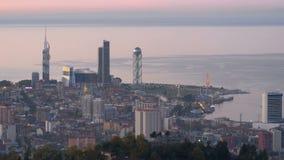 Vista panorámica del terraplén de igualación de Batumi, noria, torre del alfabeto georgiano almacen de video