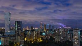 Vista panorámica del timelapse de Moscú Panorama de una ciudad grande en la noche Edificios residenciales en la calle de Mosfilmo metrajes