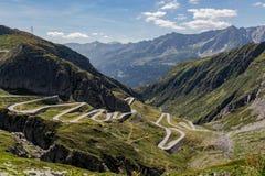 Vista panorámica del tremola del camino en Airolo, Tesino D?a asoleado con las nubes imagen de archivo libre de regalías