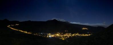 Vista panorámica del valle de Santiago del Teide en la noche Las luces de la noche de las calles y del soporte coronado de nieve  imagenes de archivo