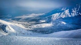 Vista panorámica del valle nevoso de Kasprowy Wierch en las montañas de Tatra Foto de archivo
