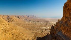 Vista panorámica del valle que rodea Masada y sus calzadas del cliffside fotografía de archivo