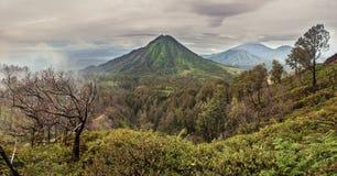 Vista panorámica del volcán y de las colinas enselvadas, Indonesia Imagen de archivo libre de regalías