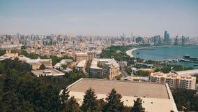 Vista panorámica desde arriba a la ciudad de Baku, Azerbaijan almacen de metraje de vídeo
