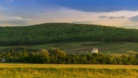 Vista panorámica escénica de un valle de la montaña de las imágenes en primavera en fotos de archivo libres de regalías