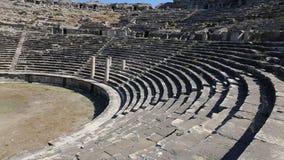 Vista panorámica granangular de las ruinas romanas antiguas del teatro en Miletus metrajes