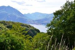 Vista panorámica hermosa al lago Como, Perledo, Menaggio y cordillera alpina del camino a Esino Lario foto de archivo