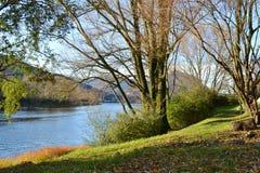 Vista panorámica hermosa al río de Adda y riverbank cerca de Lecco en un día soleado fotos de archivo libres de regalías