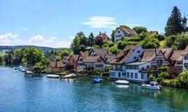 Vista panorámica hermosa de la ciudad de Stein Am Rhein en el río Rhine foto de archivo