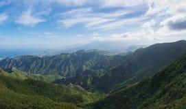 Vista panorámica hermosa de las montañas de Anaga Colinas verdes, co foto de archivo