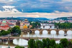 Vista panorámica hermosa de los puentes de Praga en el río Moldava del parque de Letna imagenes de archivo
