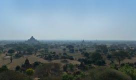 Vista panorámica hermosa de los templos y de las pagodas de Bagan en la niebla Myanmar de la mañana fotos de archivo