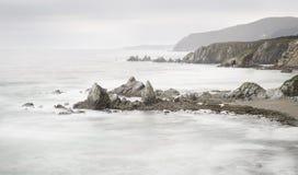 Vista panorámica hermosa de una playa con las rocas Fotos de archivo