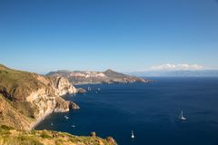 Vista panorámica hermosa sobre algunas islas de Aeolina en un día de verano soleado Fotos de archivo