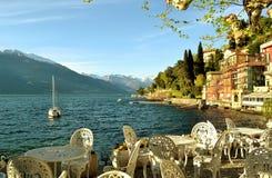 Vista panorámica hermosa a un espacio y al lago Como de la barra de la orilla del lago de Varenna en un día de primavera soleado fotografía de archivo libre de regalías