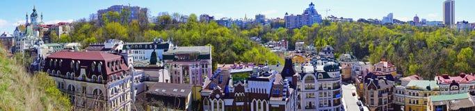 Vista panorámica a Kiev, Kyiv, Ucrania Vozdvizenka, nuevos edificios coloridos, día de primavera soleado con la iglesia del ` s d imagenes de archivo