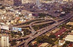 Vista panorámica a la Bangkok y al crossin de niveles múltiples del tráfico Imágenes de archivo libres de regalías