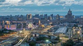 Vista panorámica a la noche del ferrocarril de Kiev al timelapse del día y a la ciudad moderna en Moscú, Rusia