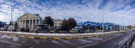 Vista panorámica a la terminal de viajeros del aeropuerto internacional de Simferopol fotos de archivo libres de regalías