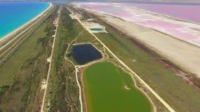 Vista panorámica a los lagos de sal y a la costa de mar, vídeo aéreo almacen de metraje de vídeo