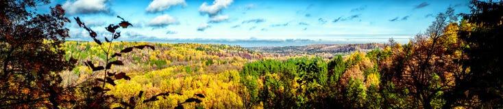 Vista panorámica pintoresca del paisaje del otoño en Sigulda. Latvi Fotos de archivo