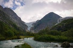 Vista panorâmica à geleira de Briksdal em Noruega fotos de stock