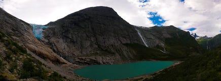 Vista panorâmica à geleira de Briksdal em Noruega foto de stock