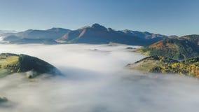 Vista panorâmica aérea acima da paisagem nevoenta no outono Voo do lapso de tempo do movimento lento vídeos de arquivo