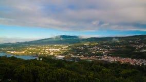 A vista panorâmica aérea a Angra faz Heroismo da montanha de Monte Brasil, Terceira, Açores, Portugal imagem de stock
