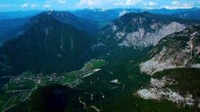 Vista panorâmica aérea das montanhas com a floresta das madeiras de pinho video estoque