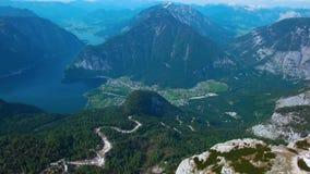 Vista panorâmica aérea das montanhas com a floresta das madeiras de pinho filme