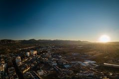 Vista panorâmica aérea de canais da cidade pequena na Espanha fotografia de stock