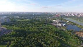 Vista panorâmica aérea de Moscou com uma ponte cabo-ficada moderna, Rússia Marco da arquitetura de Moscou filme