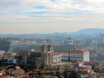 A vista panorâmica aérea de Porto com o SE telhado vermelho da catedral de Porto dos telhados faz Porto em Portugal, curso da rup fotografia de stock royalty free