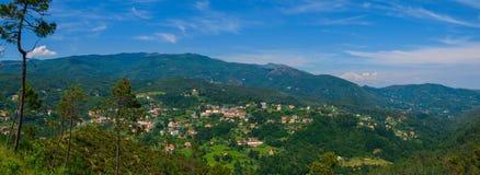 Vista panorâmica alpina com a vila de Urbe Imagem de Stock