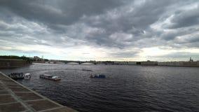 Vista panorâmica ao rio de Neva no dia de verão St Petersburg, Rússia video estoque