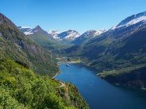 Vista panorâmica bonita ao fiorde de Geiranger, ao navio de cruzeiros e às montanhas, Noruega Fotografia de Stock Royalty Free