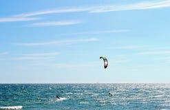 Vista panorâmica bonita ao mar e kitesurfing em Brigghton, Inglaterra fotografia de stock