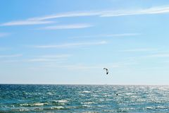 Vista panorâmica bonita ao mar e kitesurfing em Brigghton, Inglaterra imagens de stock royalty free