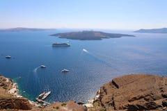 Vista panorâmica bonita da cidade turística de Fira ao caldera e fotografia de stock