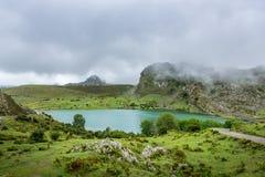 Vista panorâmica bonita do lago Enol, Espanha das Astúrias Imagem de Stock Royalty Free