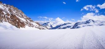 A vista panorâmica bonita impressionante de cumes Snowcapped da montanha de Bernese ajardina na região de Jungfrau, Bernese Oberl Fotografia de Stock