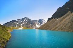 Vista panorâmica bonita no lago e na cordilheira da montanha de Kucherla Parque nacional de Belukha, república de Altai, Sibéria, fotos de stock