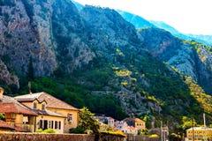 Vista panorâmica cênico das montanhas e dos telhados fotografia de stock