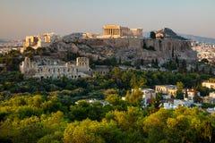 Vista panorâmica cênico na acrópole em Atenas, Grécia no nascer do sol Fundo colorido do curso com céu dramático fotografia de stock