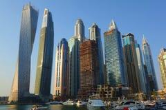 Vista panorâmica com arranha-céus e o cais modernos da água do porto de Dubai no por do sol, Emiratos Árabes Unidos imagem de stock royalty free