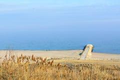 Vista panorâmica com litoral, areia, céu azul do waterand Água de mar Fotos de Stock Royalty Free