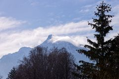 Vista panorâmica com paisagem de montanhas dos cumes em Salzburg foto de stock
