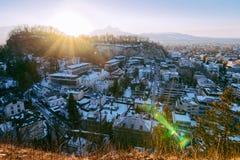 Vista panorâmica com paisagem do por do sol velho de Salzburg Monchsberg da cidade foto de stock