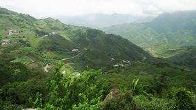 Vista panor?mica da ?rea de montanha verde c?nico bonita perto do parque nacional de Alishan em Taiwan vídeos de arquivo
